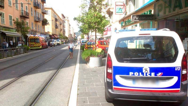 Policiers et sapeurs-pompiers sont intervenus avenue de la République, lundi après-midi, après qu'une rixe sanglante a éclaté entre voisins dans un immeuble.
