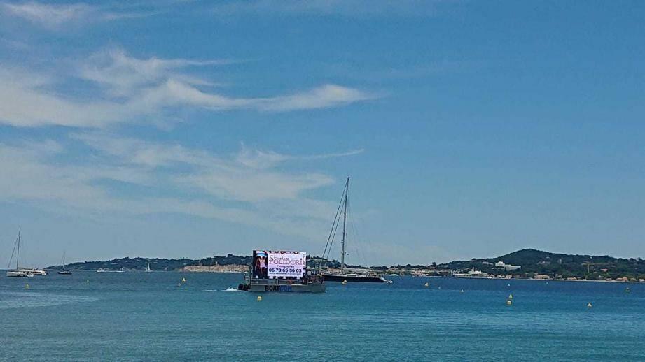 Le bateau publicitaire BoatCom a selon leurs dirigeants une mission écologique. Le catamaran est en effet équipé d'un filet qui ramasse les déchets flottants.