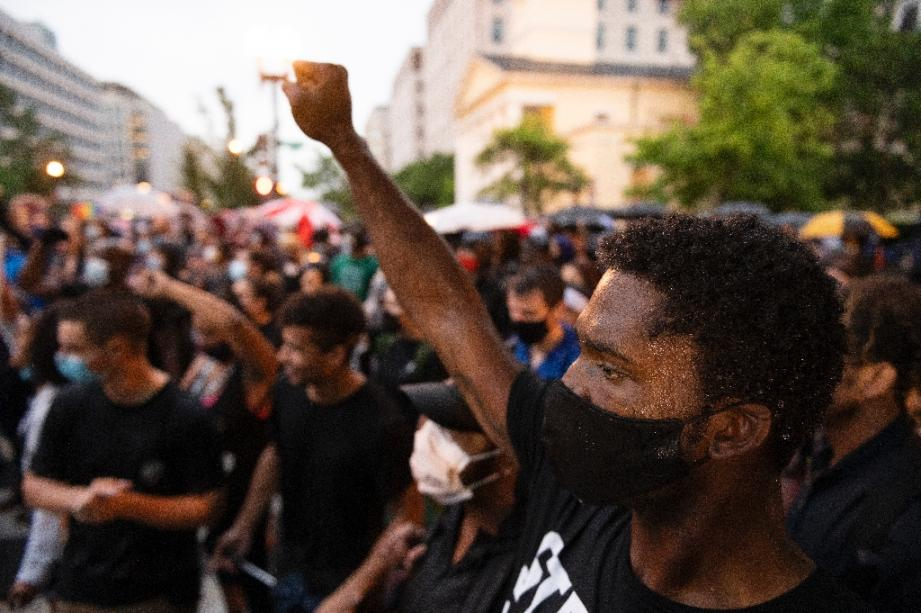 Une manifestation contre la mort de George Floyd et les violences policières près de la Maison Blanche le 5 juin 2020 à Washington
