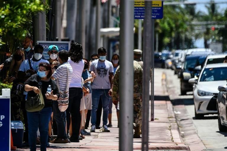 Des personnes font la queue pour se faire dépister au coronavirus, le 24 juin 2020 à Miami Beach, en Floride.