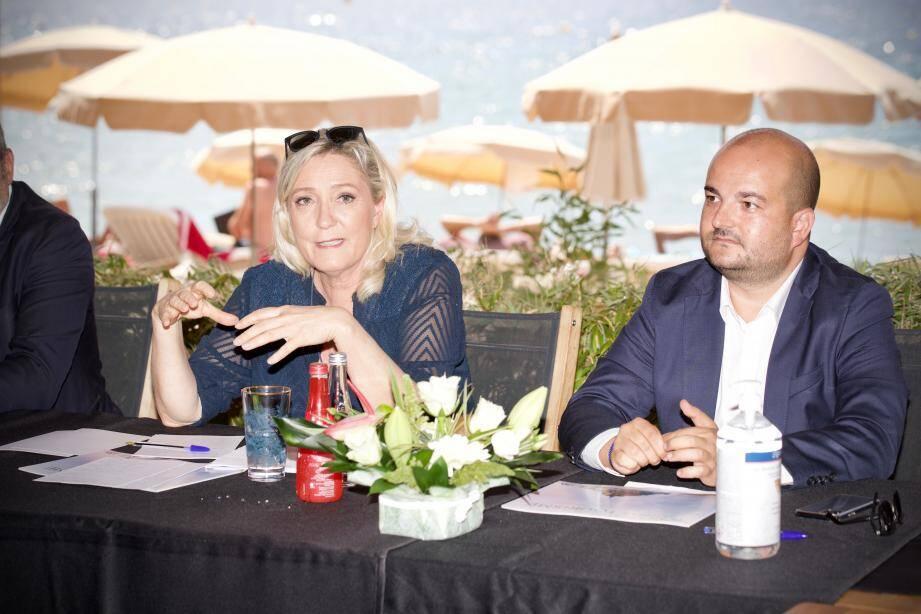 Marine Le Pen accompagnée du maire de Fréjus David Rachline.