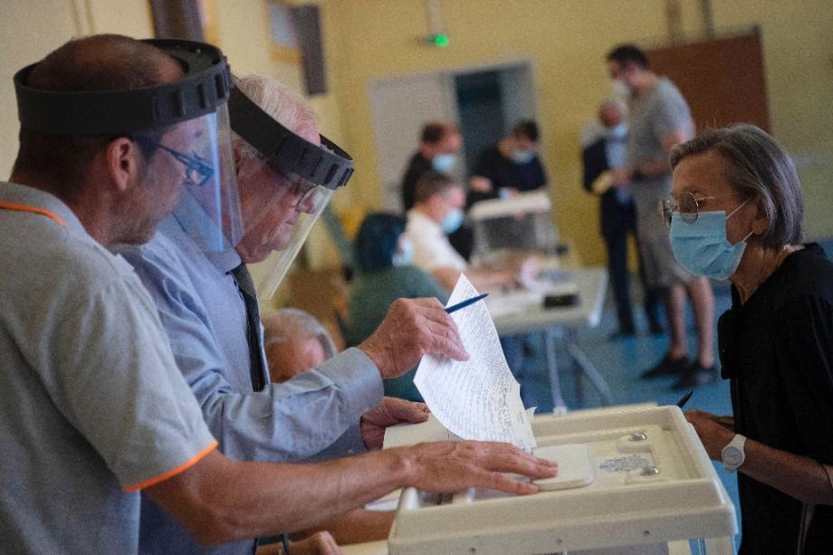 Dans un bureau de vote à Marseille au second tour des élections municipales le 28 juin 2020