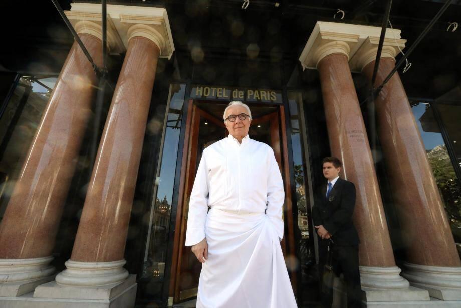 Alain Ducasse avec ses équipes de cuisine et de salle - ici dans le hall et sur les marches de l'Hôtel de Paris à Monaco.