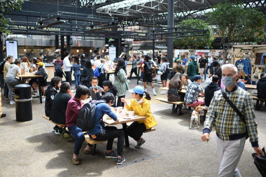 Des personnes déjeunent au Old Spitalfields Market, le 29 juin 2020 à Londres