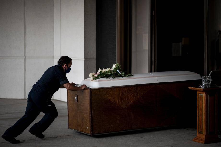 Le cerceuil de Francia Nelly, native d'Equateur morte des complications du coronavirus, le 5 juin 2020 au cimetière St John  dans le Queens à New York city