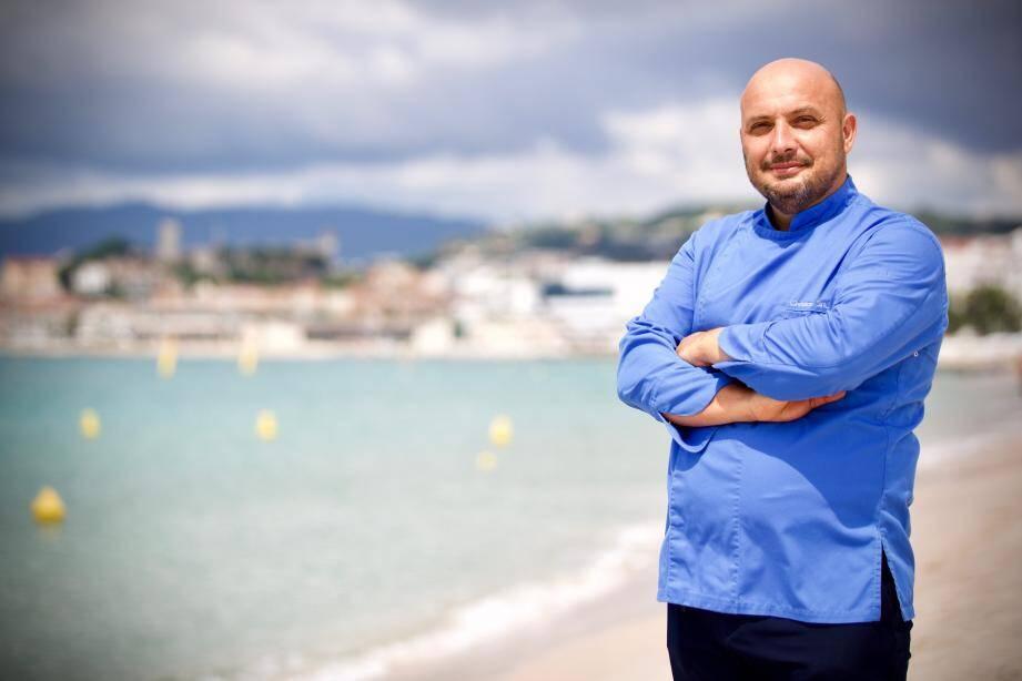 Sur le sable de la plage Martinez, Christian Sinicropi dégage la sérénité d'un chef étoilé déconfiné