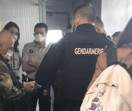 Le commandant de bord a tenu ses engagements. Comité d'accueil pour les passagers du Paris-Nice qui ont refusé de mettre le masque.