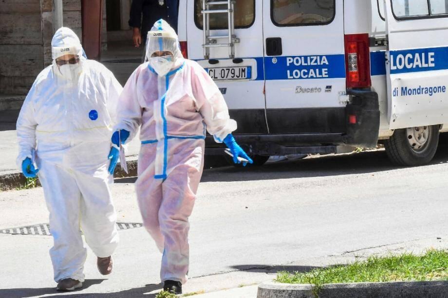 """Opération dans un """"cluster"""" de coronavirus détecté chez des travailleurs agricoles étrangers, qui a créé des tensions à Mondragone dans le sud de l'Italie le 26 juin 2020"""