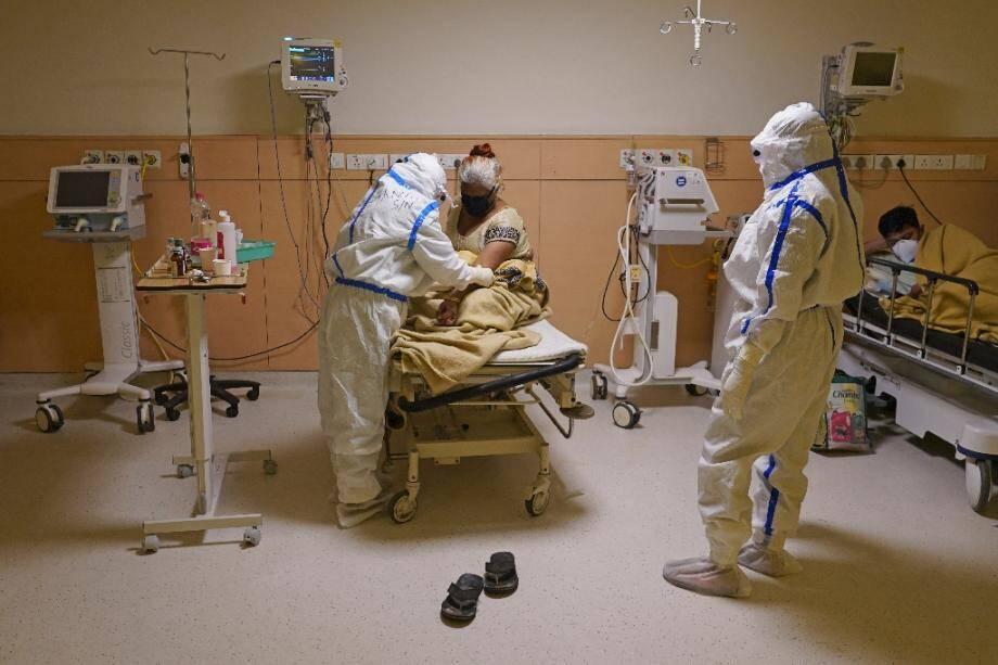 Des personnels soignants s'occupent de patients atteints du coronavirus, le 9 juin 2020 dans un hôpital de New Delhi