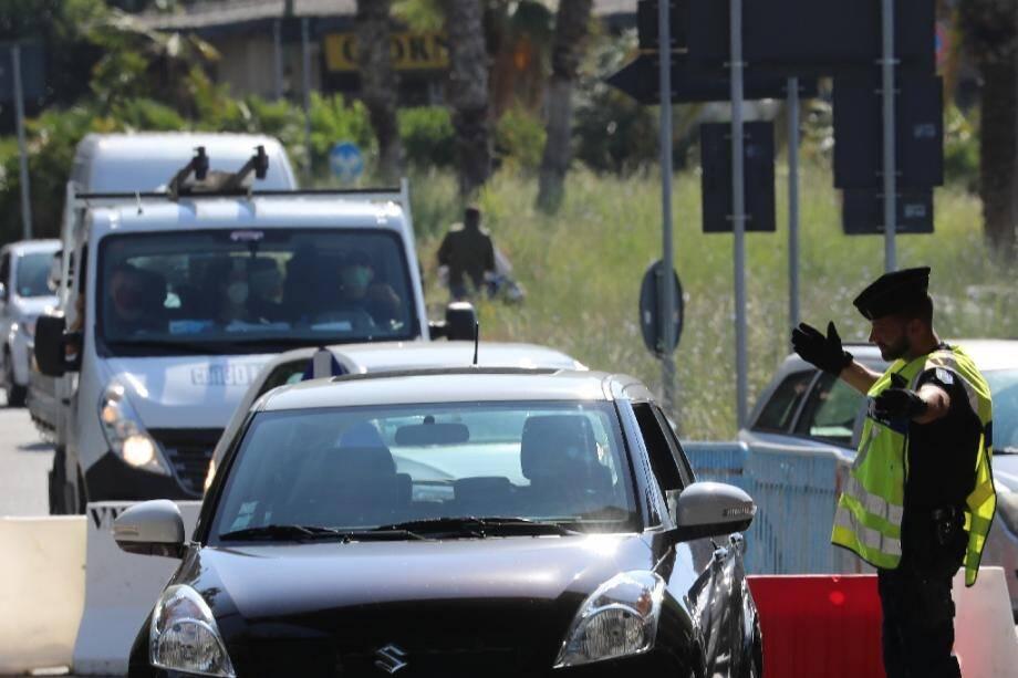 Des automobilistes font la queue à la frontière entre la France et l'Italie, le 3 juin 2020 à Menton