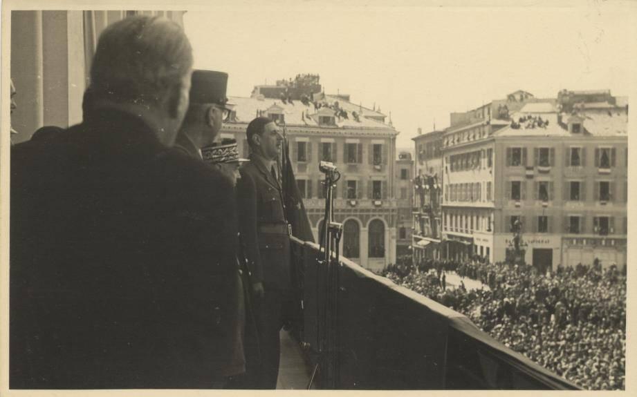 Le général de Gaulle est acclamé par la foule à Nice, le 9 avril 1945, la veille de l'attaque de l'Authion dans les Alpes-Maritimes. Ce massif, occupé par les Allemands, va être repris par la première division française libre (1 ère DFL).