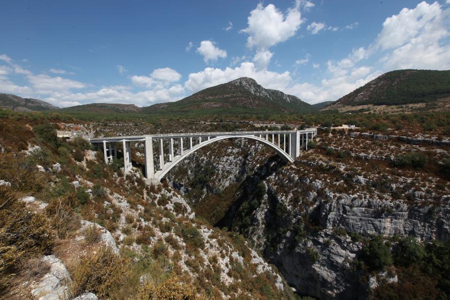 Le Pont de l'Artuby, dans la commune de Trigance.     POUR PANORAMIQUE MAG ETE BALLADE ENTRE BARGEMON ET LE LAC DE STE CROIX EN PASSANT PAR LES GORGES DU VERDON/PONT SUR ARTUBY