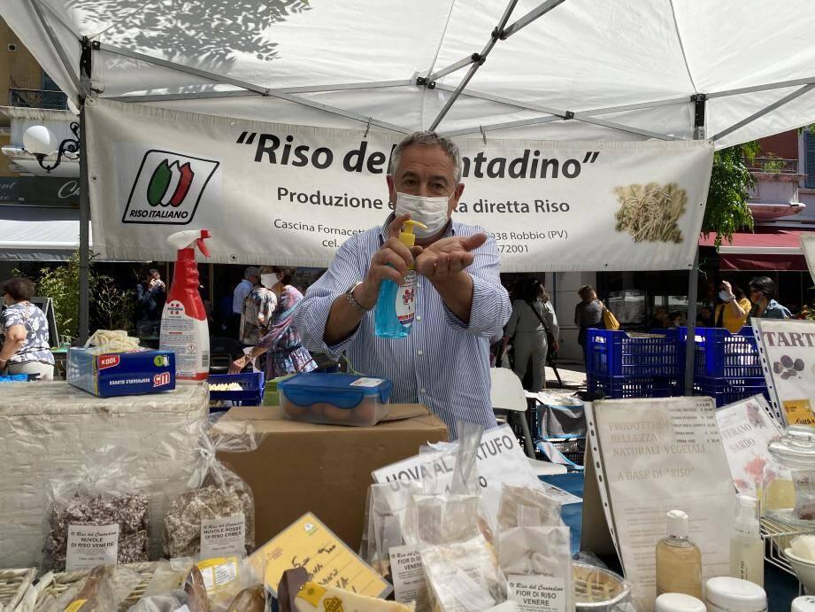 Comme demandé par la Ville de Cagnes-sur-Mer, Alberto Castaldi propose du gel hydroalcoolique à ses clients. Un moindre effort à fournir pour ce producteur italien habitué à plus strict.