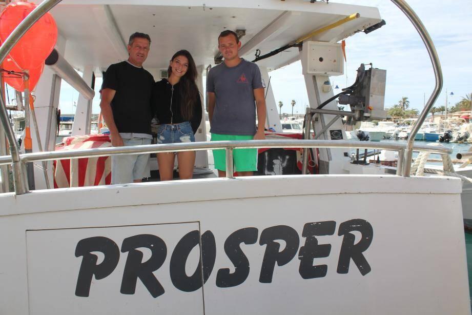 Lionel Brezzo sur son bateau aux côtés de sa fille Otilia et de Loïc.