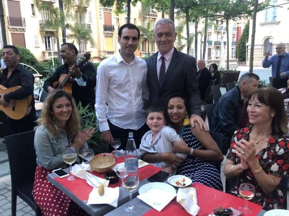 Gérard Spinelli et son épouse, son fils et adjoint Nicolas, entourés de plusieurs proches et élus pour inaugurer la nouvelle tonnelle et les animations de la place de la Libération.