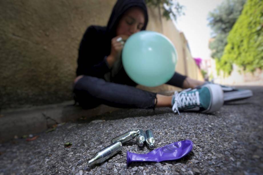 Le protoxyde d'azote, la nouvelle drogue hilarante des adolescents.