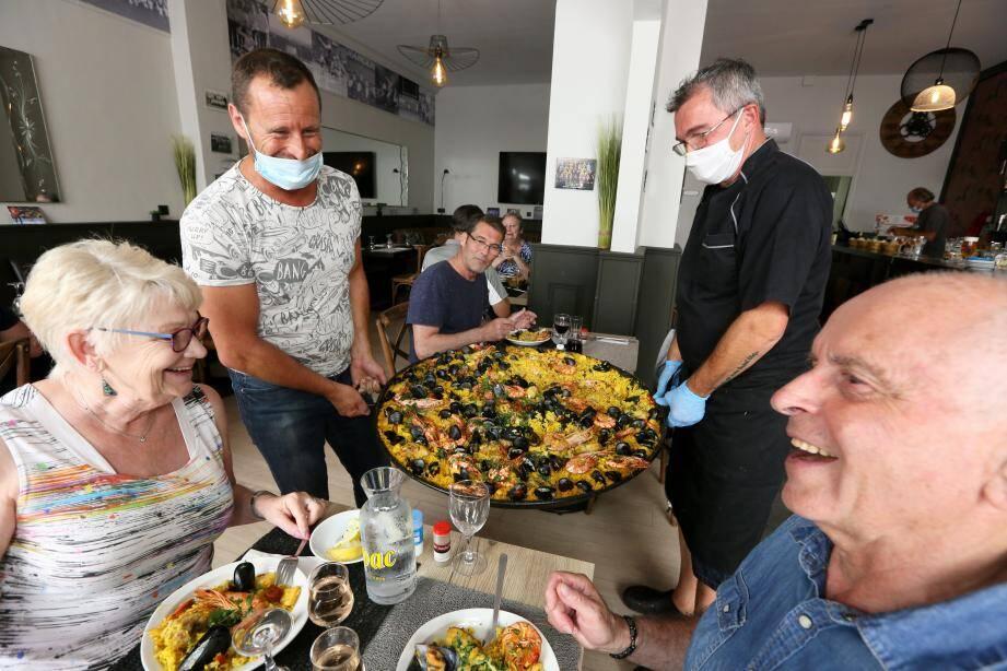 Au Bar de Valescure, Jean-Christophe a offert la paella à ses fidèles clients en guise de bienvenue pour ce premier jour de reprise.