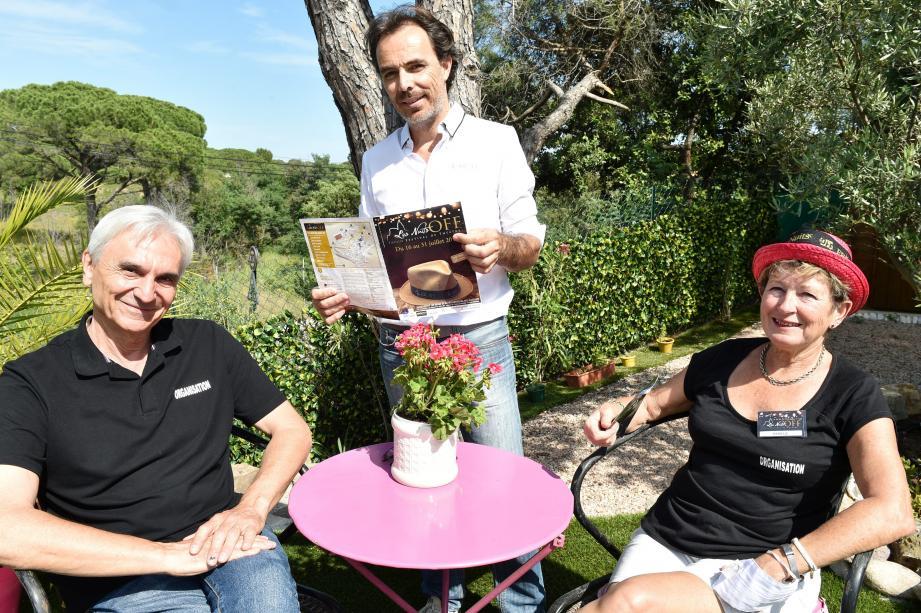 Le président Richard Séguy (debout) et les deux vice-présidents Claude Raffort et Danièle Lavoye présentent le nouveau programme pour un mois de juillet tout sourire!