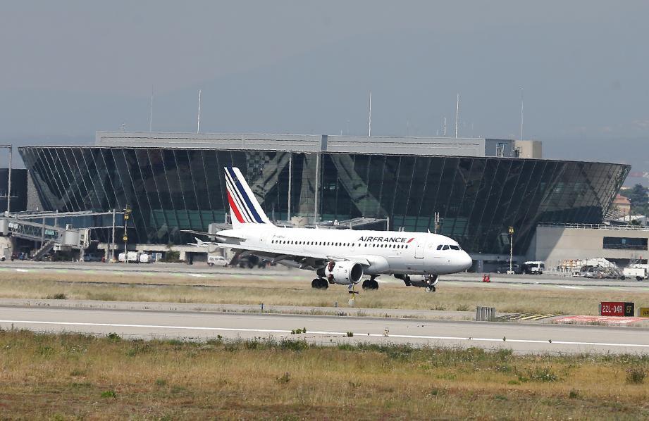 Pendant plusieurs semaines, Air France n'a assuré que des liaisons Nice-Paris en direction de Charles De Gaulle.