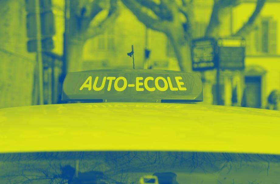 Une voiture d'auto-école.