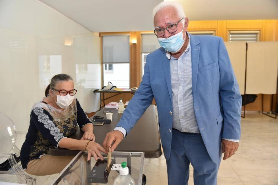 Jean-Pierre Giran a voté à l'hôtel de ville à Hyères, ce dimanche.