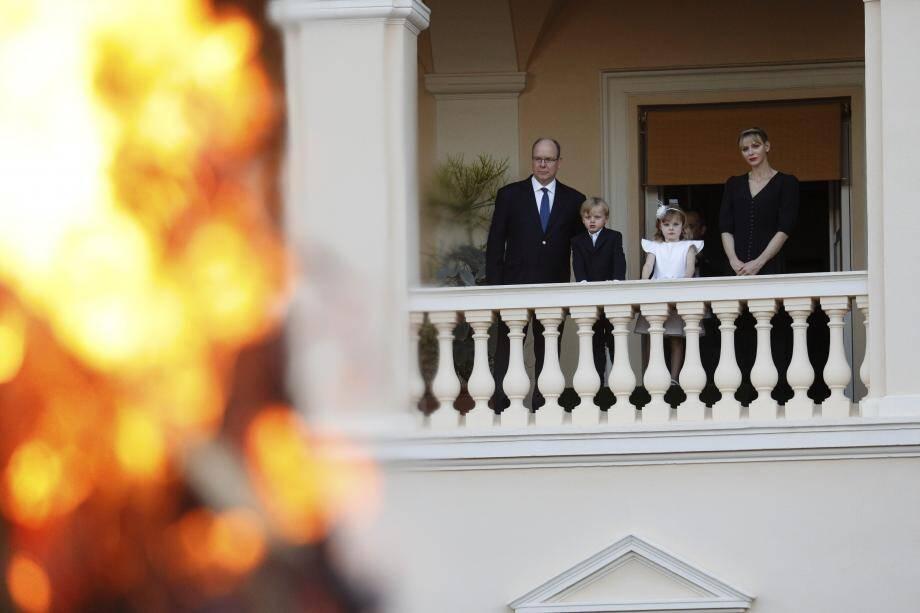 On y apercevait le prince Albert II et la princesse Charlène, ainsi que le prince héréditaire Jacques et la princesse Gabriella.