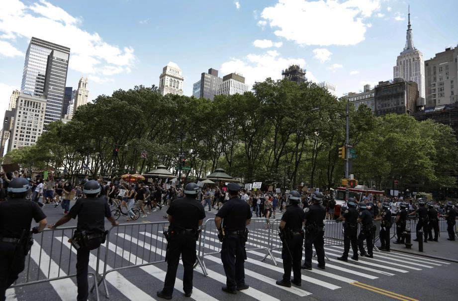 Comme ici à New York, de nombreuses manifestations contre les violences policières et le racisme ont eu lieu à travers le monde.