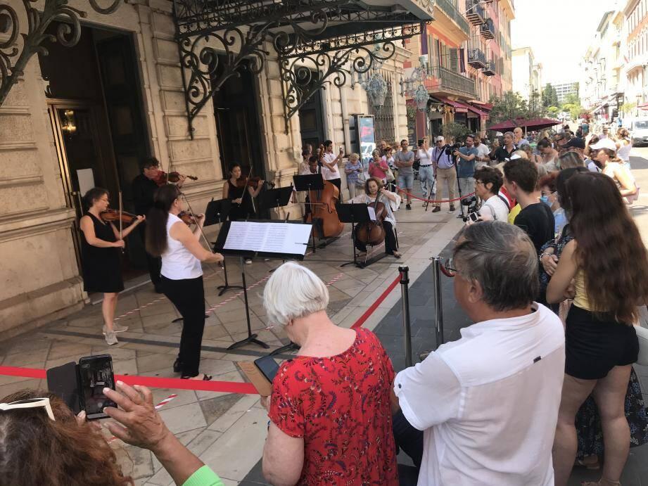 Ce mardi devant l'opéra de Nice, la première de «la demi-heure du coup de canon» s'est jouée tout en cordes. Violons, violoncelle, contrebasse, ont régalé les passants pour cet événement qui a lieu tous les jours du mardi au samedi avec des artistes différents.