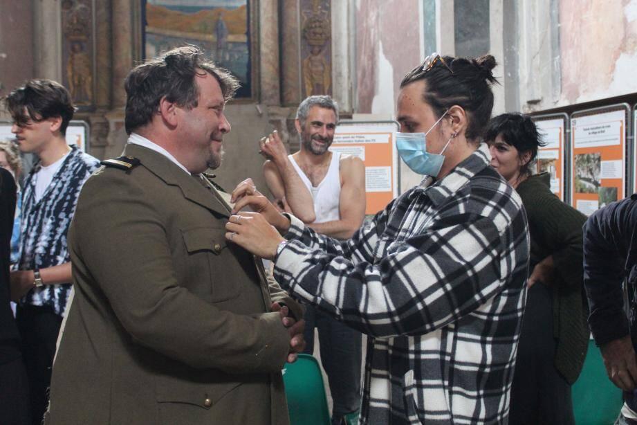 Le réalisateur Arthur Savall-Aprosio supervise les essayages.
