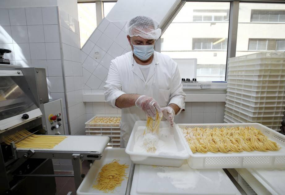 La production, chaque matin dans l'atelier, se veut 100% artisanale pour livrer des produits frais et sans additifs.