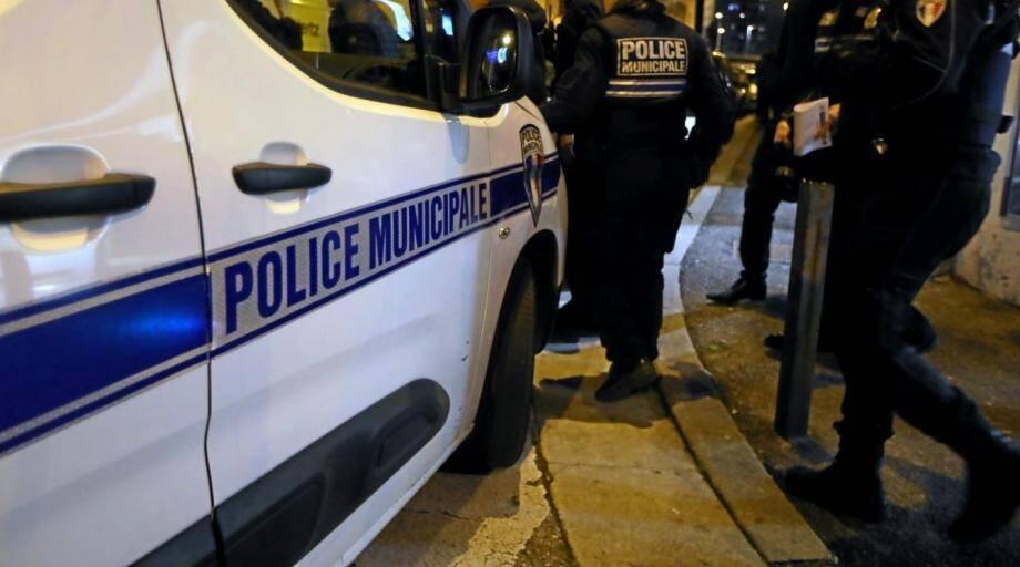 Les deux occupants du camion ont été appréhendés par des policiers municipaux avant d'être présentés à un officier de police judiciaire.