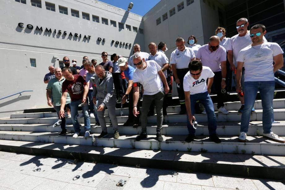 Les policiers du commissariat de Fréjus ont symboliquement jeté à terre leurs menottes.