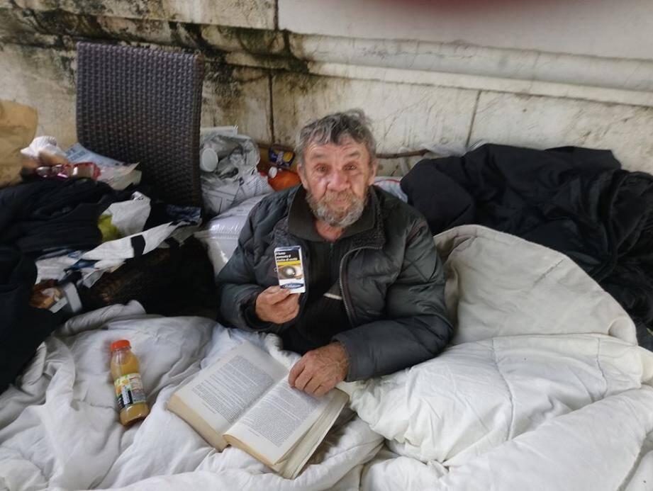 Robert, le vagabond à l'ancienne, très apprécié dans le quartier du Palais des Expositions à Nice.