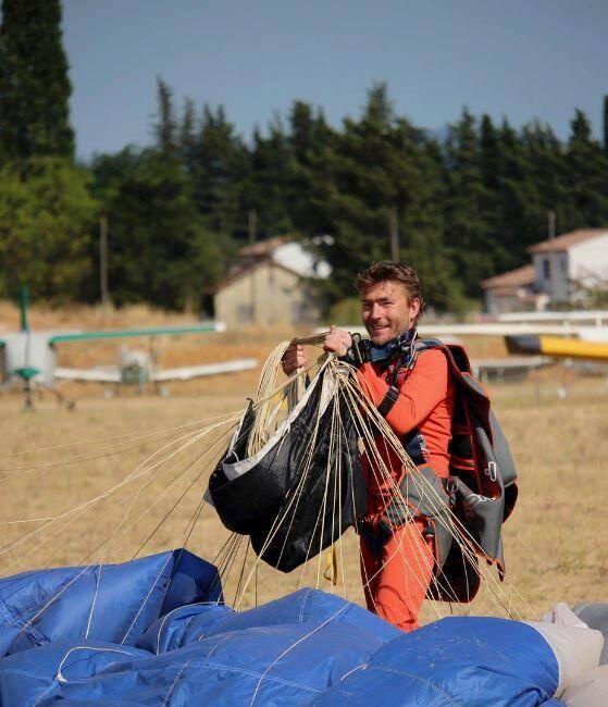 A Gonfaron, Ludovic Chevé, 40 ans, réalise 200 pliages de voiles de parachutes par an, sans compter les réparations, les sauts, les formations et surtout ses innovations uniques au monde.