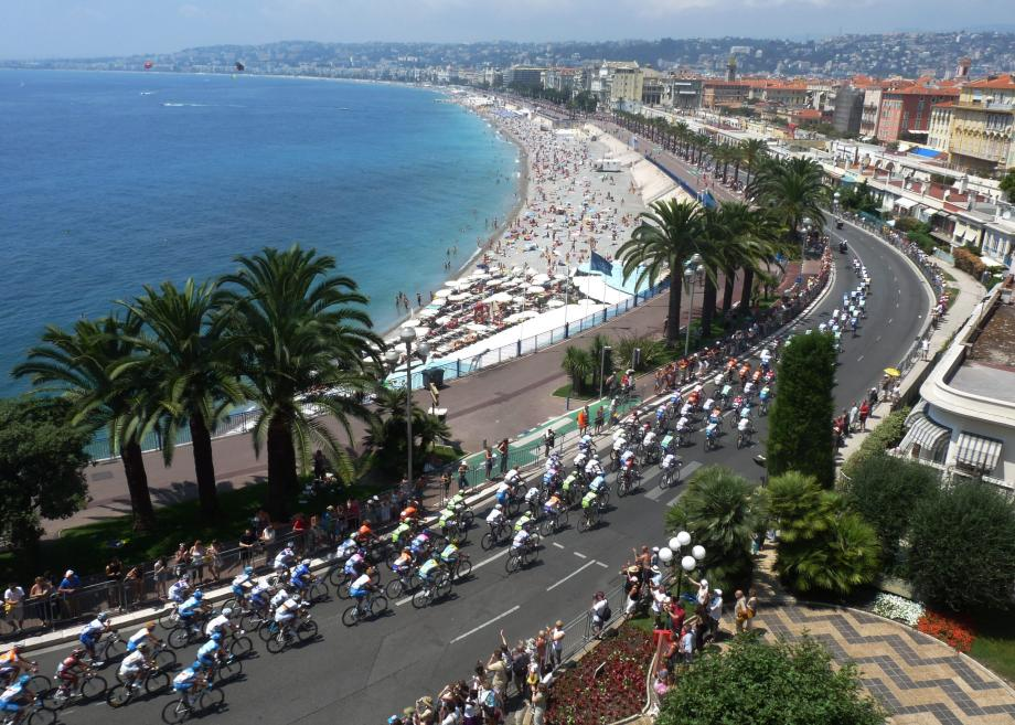 Passage du peloton du Tour de France en 2009, au pied de la colline du Château à Nice.