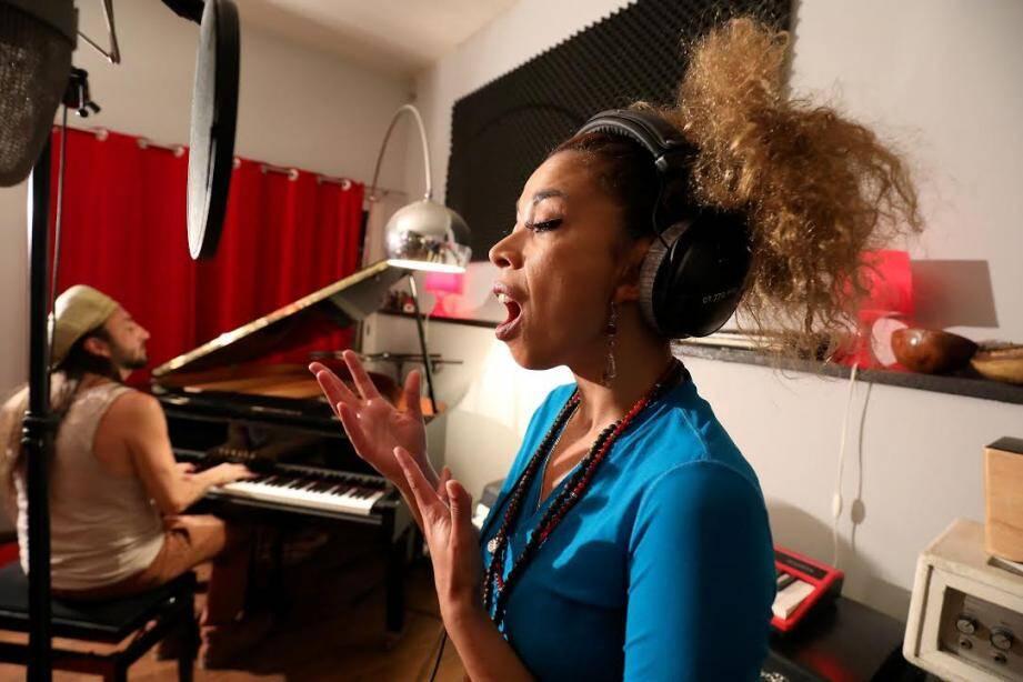 Entre deux concerts dans la région, Flavia Coelho crée de nouveaux titres au studio Vagh de Salernes, et puise son inspiration parmi les oeuvres d'Alain Vagh.