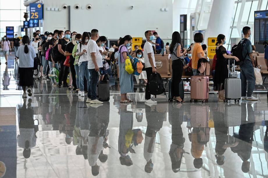 Des passagers en partance depuis l'aéroport de Wuhan dans la province du Hubei en Chine.