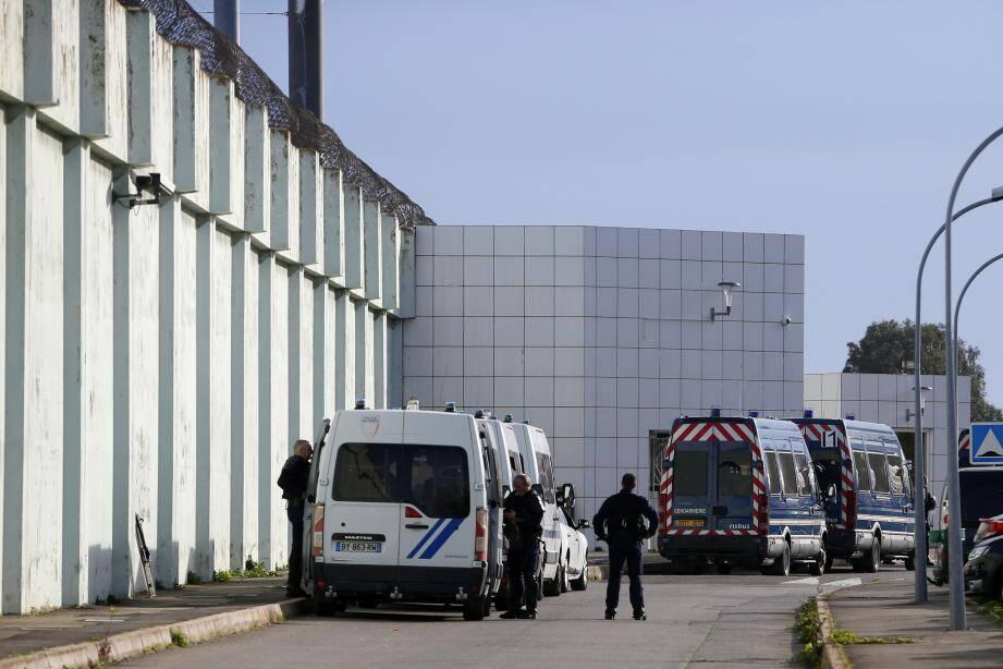 Des véhicules de la gendarmerie stationnés devant la prison de Borgo en Corse.
