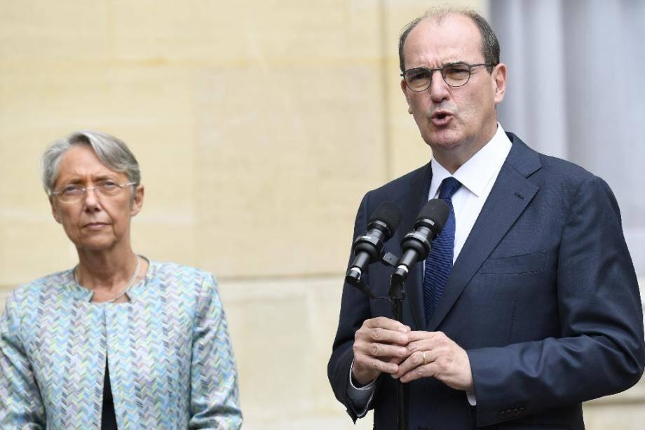La ministre du Travail Elisabeth Borne et le Premier ministre Jean Castex, sur le perron de Matignon le 17 juillet 2020 à Paris