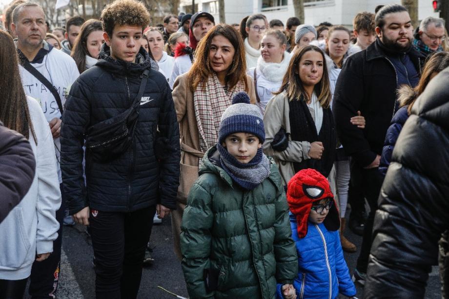 La veuve de Cédric Chouviat (c) et ses enfants lors d'une marche blanche le 12 janvier 2019 à Levallois-Perret