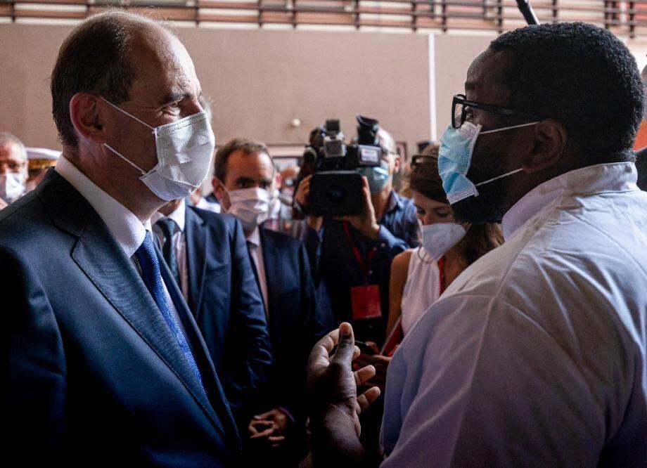 Le Premier ministre Jean Castex (g) s'entretient avec un docteur lors de sa visite à l'hôpital Andrée Rosemon à Cayenne, le 12 juillet 2020