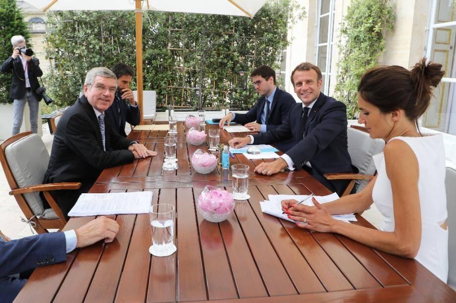 Réunion de travail entre le président Emmanuel Macron et Thomas Bach (g), celui du CIO, ainsi que  le patron des Jeux de Paris Tony Estanguet, le 8 juillet 2020 au palais de l'Elysée