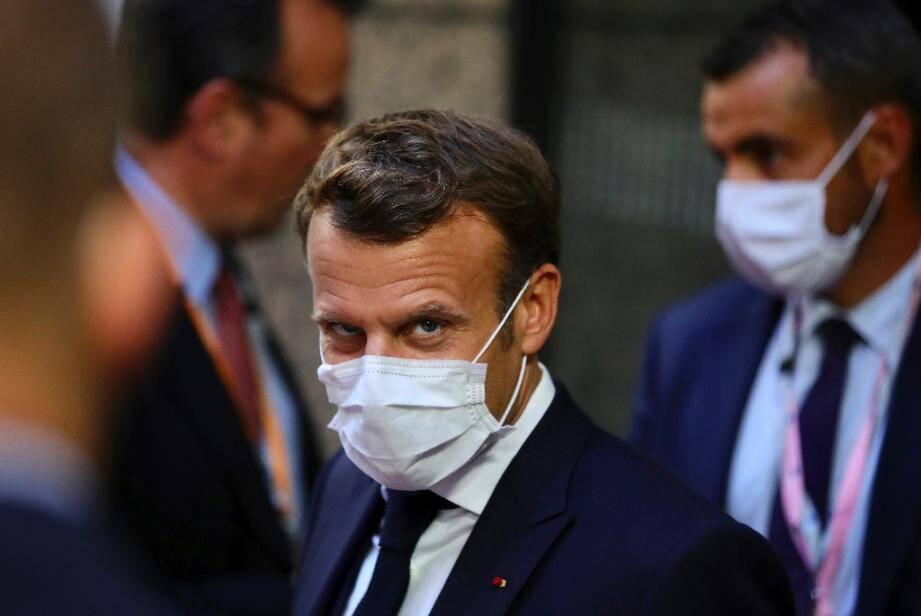 Le président français Emmanuel Macron quitte la session de négociations à Bruxelles le 20 juillet 2020