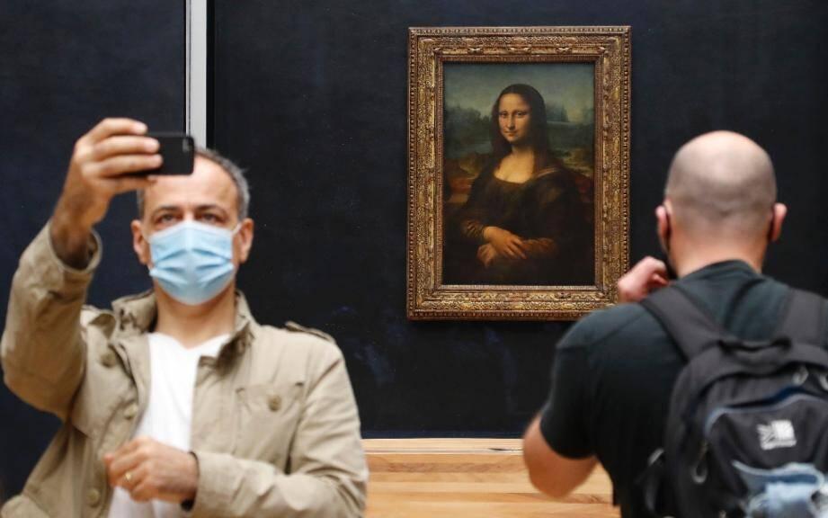 Selfie devant la Joconde au musée du Louvre à Paris qui a rouvert ses portes le 6 juillet 2020