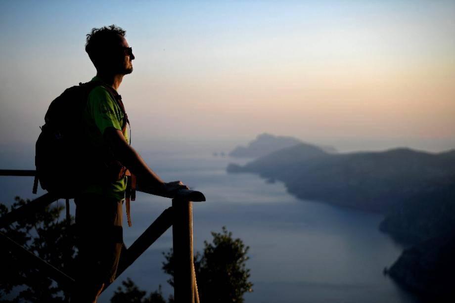 Un randonneur sur le Sentier des dieux, le long de la côte amalfitaine, le 1er juillet 2020