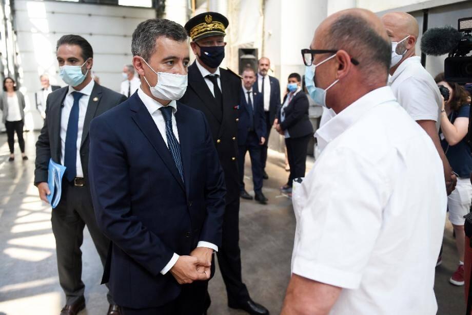 Le ministre de l'Intérieur Gérald Darmanin (C) lors d'un déplacement à Bayonne, le 11 juillet 2020