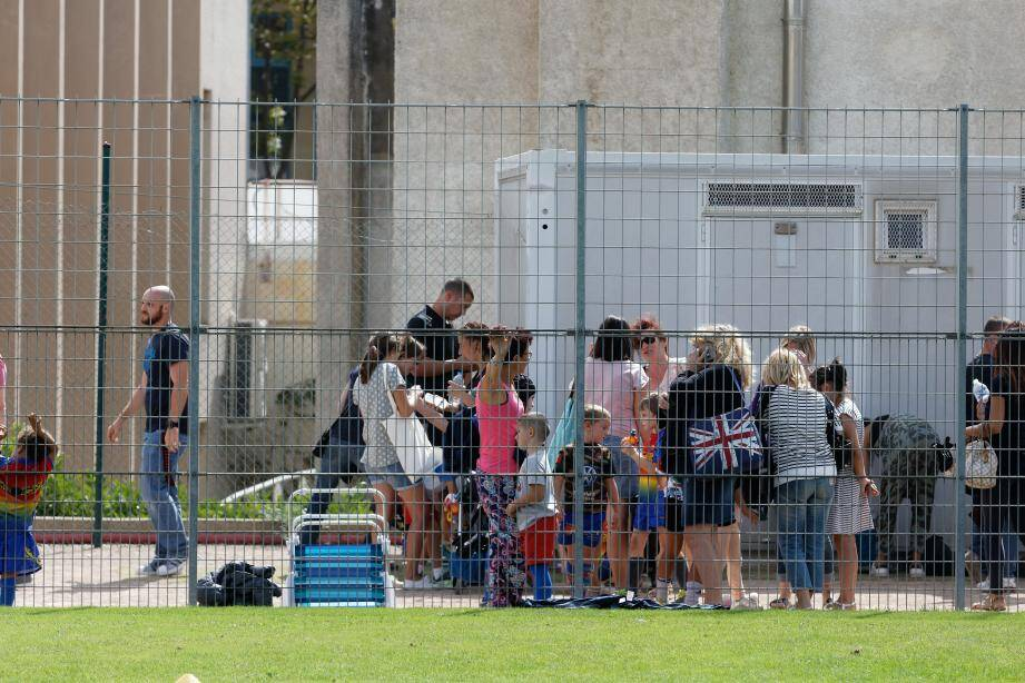L'un des épisodes du conflit entre la mairie et le RC du pays six-fournais: en septembre 2017, les enfants du club ne peuvent pas pénétrer sur la pelouse du stade du Verger pour s'entraîner. Le grillage reste fermé