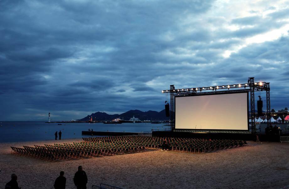 En mode « Cinéma de la plage » mais sur le parvis du Palais et la place de La Bocca.(PhotoN. M)
