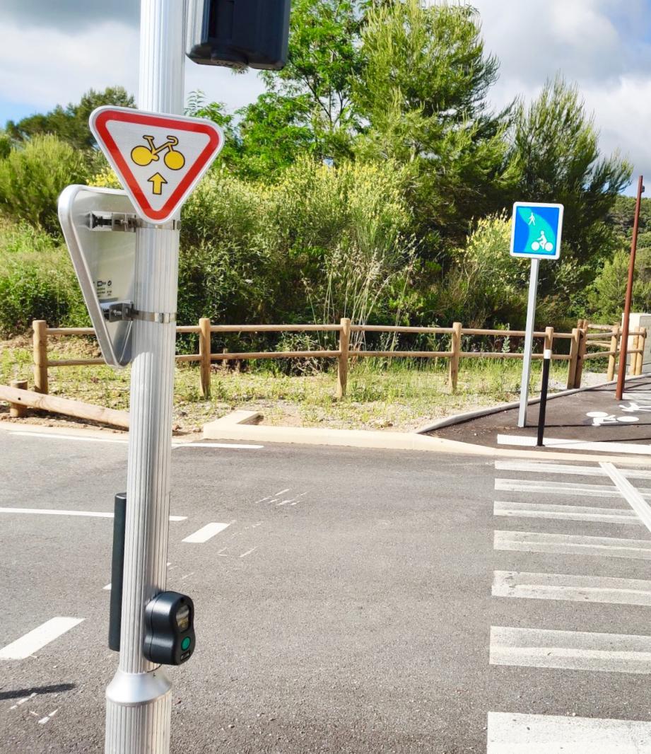 Premiers panneaux « cédez-le-passage-cycliste-au-feu-rouge» sur la commune.