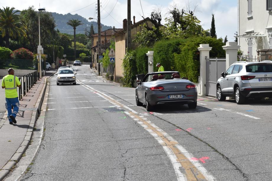 Dès lundi, les voitures ne se croiseront plus. De leur côté, les agents préparent déjà les travaux en grimant le bitume de peinture.